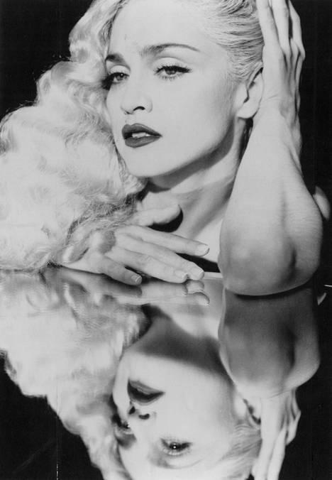 Laulaja Madonna promootiokuvassa vuonna 1990.