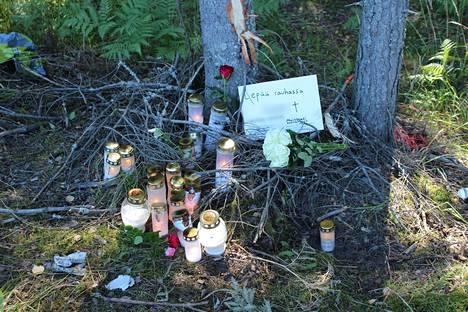 Pirkanmaan surullisimpiin onnettomuuksiin kuuluu kolmen nuoren kuolema ulosajossa Nokialla elokuussa 2020. Kuvassa onnettomuuspaikalle tuotuja kynttilöitä ja viestejä.