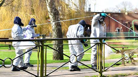 Suojapukuiset tutkijat tutkivat paikkaa jossa myrkkyisku tehtiin Salisburyssa 16. maaliskuuta.
