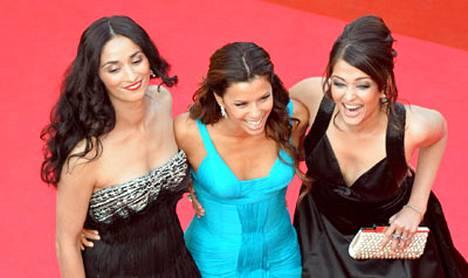 Ranskalainen näyttelijätär Rachida Brakni, amerikkalainen Eva Longoria Parker ja intialainen Aishwarya Rai näyttivät mallia pukuloistosta Cannesin punaisella matolla.