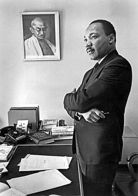 Martin Luther King huoneessaan Mahatma Gandhin kuvan edessä.