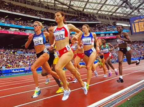 Favor Hamilton (vasemmalla) Sydneyn olympialaisten naisten 1500 metrin alkuerissä.