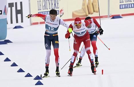 Johannes Hoesflot Kläbo (vas.) ja Alexander Bolshunov kolaroivat kisan viime metreillä. Emil Iversen tulossa kuvassa oikealta.