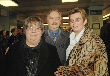 Ritva Valkama, Pertti Palo ja tytär Sanna-Kaisa Palo Kuningasjätkä-elokuvan ennakkonäytöksessä 12. helmikuuta 1998.