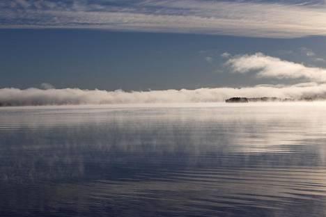 Järvisumu kulkee pakkasyön jälkeen pitkin Joutsenselkää.