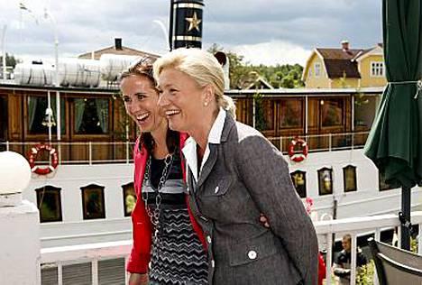 Sirkka Mertala viihtyi Ruotsin pääministerin rouvan Filippa Reinhardtin seurassa kanavaristeilyllä.