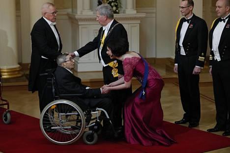 Jenni Haukiota kättelemässä Lauri Lamppu.