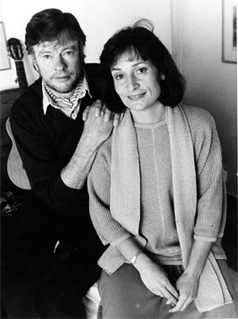Eva ja Juhani Ikonen olivat kollegoita Yleis- radiossa. Pariskunta on pitänyt yhtä jo 1972 lähtien. Kuva vuodelta 1988.