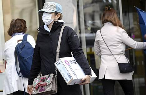Koronavirustilanne alkaa Euroopassa jo hellittää, mutta ahdinko muualla maailmassa syvenee.