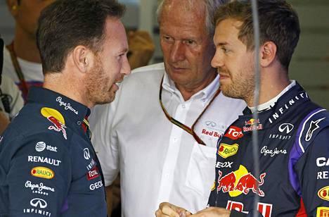 Vettel (oik.) voitti Red Bull -tallissa maailmanmestaruuden neljä kautta perätysten. Kuvassa myös tallipäällikkö Christian Horner (vas.) sekä neuvonantaja Marko. Kuva kaudelta 2014 Japanin osakilpailusta.