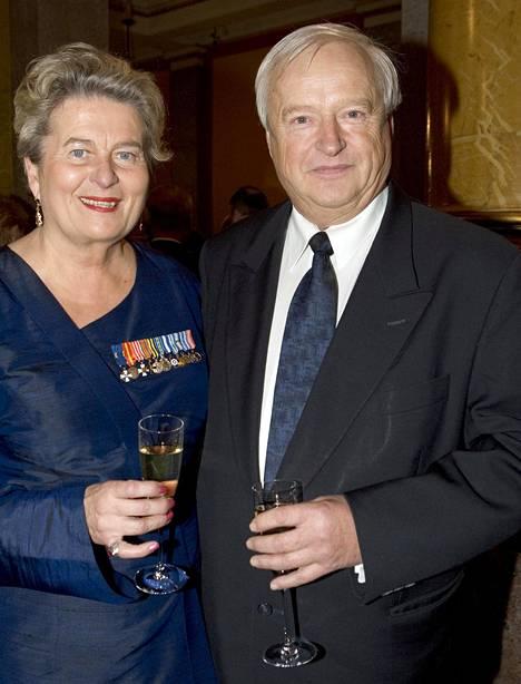 –Teimme kaiken yhdessä, valtioneuvos Riitta Uosukainen kertoo. Kuvassa he ovat Topin kanssa yhdessä puolustusministerin vastaanotolla tammikuussa 2006.