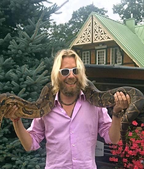 Sulhanen pääsi poseeraamaan valtavan käärmeen kanssa.
