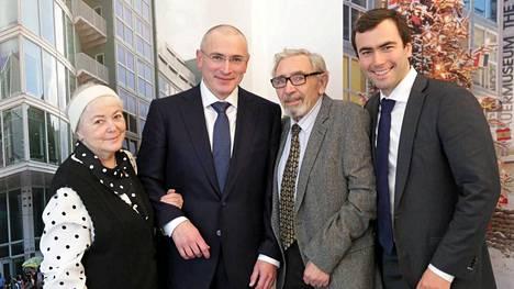 Mihail Hodorkovski poseerasi äitinsä Marinan (vas.), isänsä Borisin (2. oik.) ja poikansa Pavelin (oik.) kanssa ennen lehdistötilaisuutta.