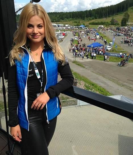 Janni Hussi kertoo olevansa ensimmäistä kertaa ralleissa. –Täytyy myöntää, etten ole moottoriurheilua hirveästi seurannut. Mutta urheilutapahtumaan kuin urheilutapahtumaan syttyy kyllä pakosti livenä!