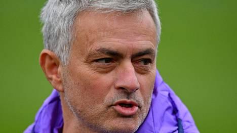 Jose Mourinho antaa itseluottamusta epätasaisesti esiintyneille Tottenhamin pelaajille.