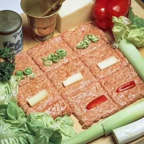 Monelle nuoremmalle, kasvisruokailuun tottuneelle lukijalle resepteissä ja ennen muuta kuvituksessa riittää niin sanotusti purtavaa. Esimerkiksi käynee kuva täytetyistä jauhelihakääryleistä ennen käärimistä.