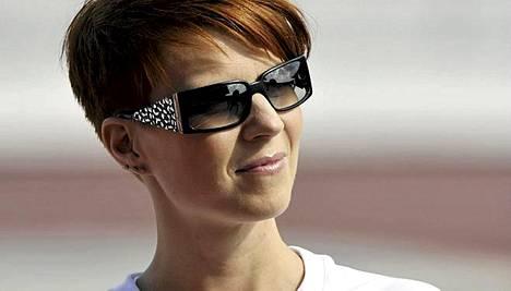 Heidi Kyrö ihmettelee, miksei hänen kappaleensa kelpaa radiosoittoon.