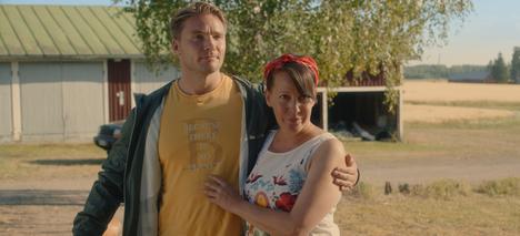Ville (Leo Honkonen) ja Linda (Vuokko Hovatta) ovat avoimessa parisuhteessa komediasarjassa Kevyttä yläpilveä.