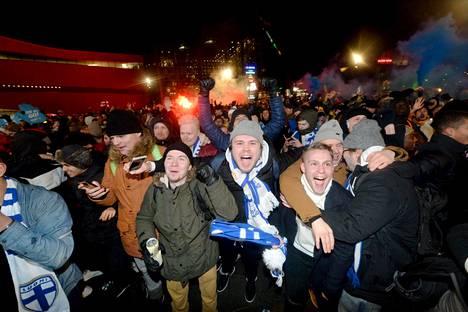 Fanit juhlivat Huuhkajien kisakatsomossa Helsingin Kansalaistorilla.