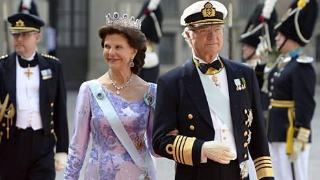 Kuningatar Silvia ja kuningas Kaarle Kustaa poikansa prinssi Carl Philipin häissä kesäkuun 13. päivä.