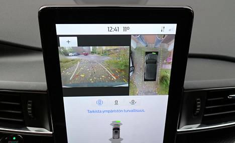 Kojelaudan keskinäyttö muistuttaa pystyyn nostettua iPad-laitetta. Peruutettaessa viisimetristä autoa kameran välittämästä kuvasta on tavanomaista enemmän hyötyä.