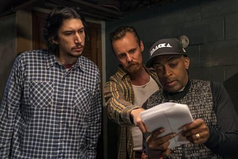 Blackkklansmanin näyttelijät Adam Driver ja Jasper Pääkkönen sekä ohjaaja Spike Lee elokuvan kuvauksissa.
