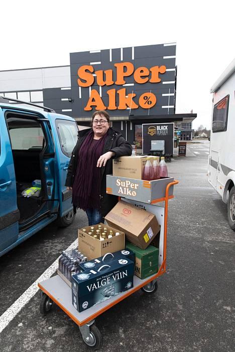 Päivi Alkion mukaan Superalkon myymälässä oli yllättävän paljon tilaa. Asiakkaita oli tosiaan vähänlaisesti.