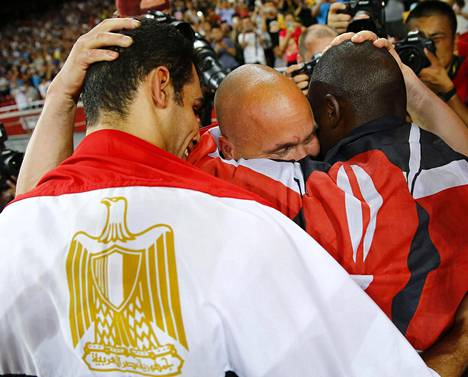 Petteri Piiroinen syleili suojattejaan Yegoa ja Abdelrahmania MM-menestyksen jälkeen.