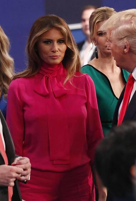 Melania Guccin pinkissä puserossa.
