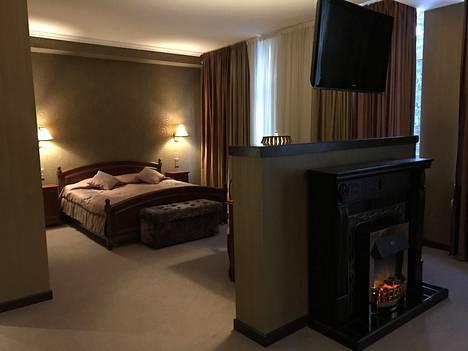 Huoneissa on säännönmukaisesti kokolattiamatot. Tässä huoneessa on lisäksi mm tekotakka ja ympäri kääntyvä tv-ruutu.