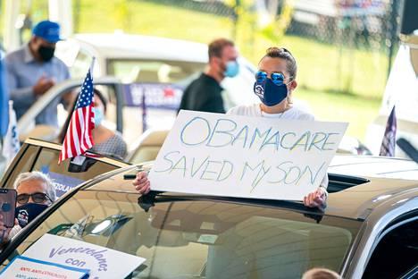Bidenin kannattaja ylisti Obamacare-sairausvakuutusta ex-varapresidentin vaalitilaisuudessa Floridan Browardin piirikunnassa toissa viikolla.