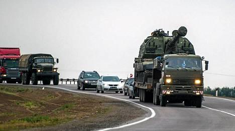 Venäjän armeijan kalustoa kuvattuna tiistaina Kamensk-Chakhtinskyssa, noin 30 kilometriä Ukrainan rajalta.