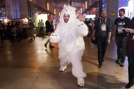 Jääkarhu joutui tyytymään loskakeliin pakkasen puutteessa.