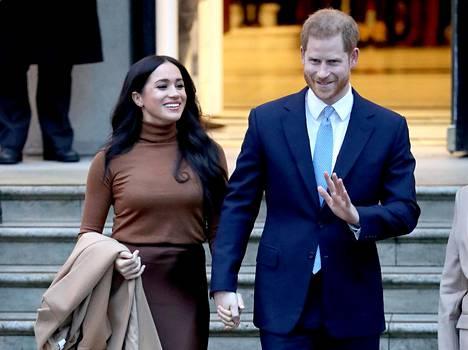 7. tammikuuta 2020. Harry ja Meghan palasivat iloisina Isoon-Britanniaan vietettyään joulun ja uudenvuoden Kanadassa. Seuraavana päivänä he pudottivat uutispommin.