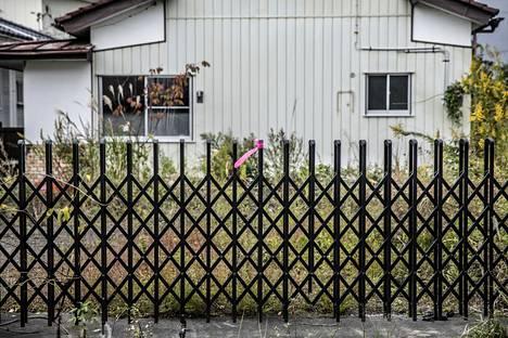 """""""Kuumat kohteet"""" on merkattu pinkeillä nauhoilla. Poliisin ilmoituksessa kerrotaan alueen suojelemisesta."""