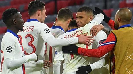 PSG:n pelaajat onnittelivat maalintekijä Kylian Mbappéa.