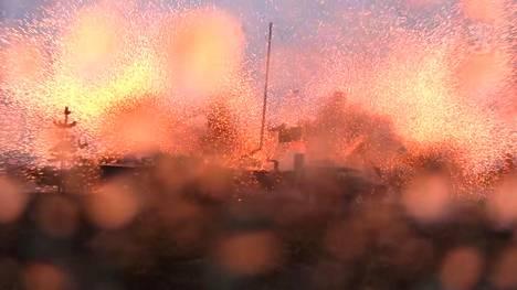 Raskaan raketinheittimen täsmäohjus tuhoaa maalin Rovajärvellä. Kuvakaappaus Etsi ja lamauta! -videolta.