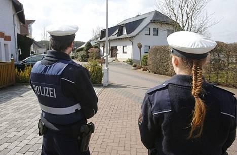Poliisit vartioivat Andreas Lubitzin kotitaloa.
