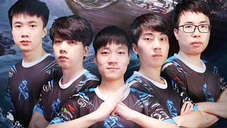 """Newbeen kauden 2019–20 kokoonpano esiteltiin syyskuussa. Nyt kilpailukieltoon on määrätty kaikki paitsi Xingyu """"Fonte"""" Lai (kuvassa toinen oikealta)."""