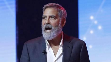 George Clooney murjaisi heti kärkeen vitsin muhkeasta parrastaan.