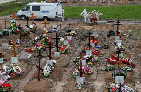 Pietarilaisella hautausmaalla on erillinen alue niille ihmisille, joiden kuolinsyyksi on kirjattu koronavirus. Hautauksen yhteydessäkin käytetään suojavarusteita.