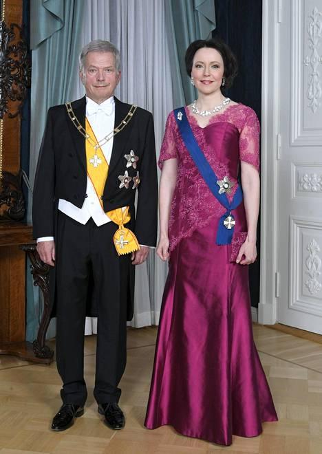 Rouva Jenni Haukio puki ylleen modifioituna jo aiemmin Linnassa nähdyn fuksianpunaisen puvun. Haukio käytti asua itsenäisyyspäivän vastaanotolla vuonna 2015. Tuolloin puvussa ei ollut läpikuultavia hihoja.