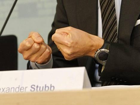 Alexander Stubb puristi nyrkkejään viime joulukuisessa tiedotustilaisuudessa, jossa kertoi hallintarekisteriuudistuksen hylkäämisestä