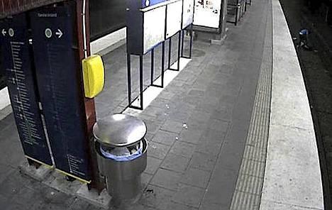 Epäilty tallentui metroaseman valvontakameraan, ryöstäessään kiskoilla maannutta miestä.