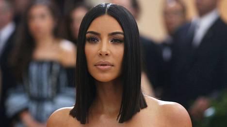 Vuonna 2013 esikoistaan odottanut Kim Kardashian pysytteli kotona julmien julkaisujen takia.
