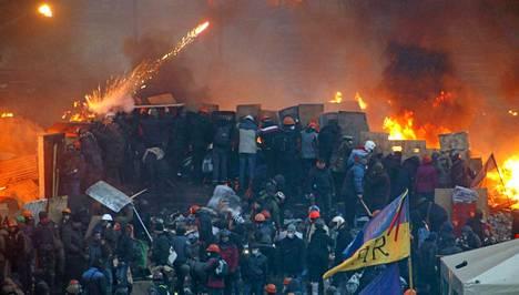 Rajut yhteenotot jatkuivat itsenäisyyspäivän aukiolla Kiovassa läpi tiistain ja keskiviikon välisen yön. Aukio oli yhtä tulimerta.