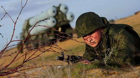 Venäjän keskisen sotilaspiirin ilmapuolustuksen sotilaat ja kalustoa sotaharjoituksessa Ashulukissa viime viikolla.