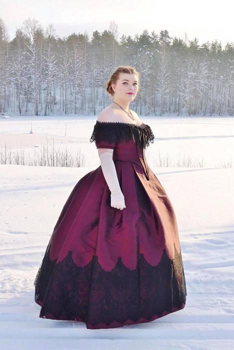 Hanna Kaipaisen mekko on hänen äitinsä tekemä. Se on tehty alkuperäisen 1860-luvun tanssiaispuvun kaavoilla. Kangas on paksua silkkiä, ja puvun alla on ajanmukaisesti korsetti, 10-vanteinen vannehame sekä kaksi alushametta.