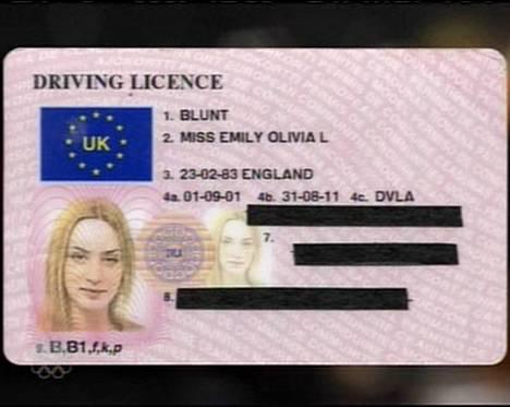 Näyttelijätär Emily Bluntin vaaleanpunainen Barbie-ajokortti.