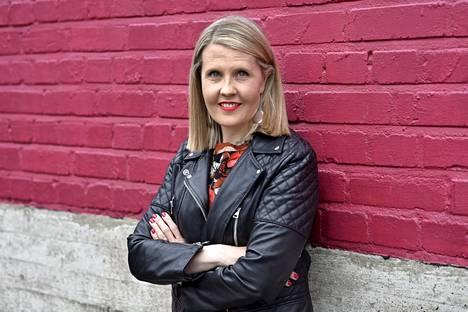 Ohjaaja Alli Haapasalo arvelee, että koronasekillä pyritään rauhoittamaan kriisin järkyttämiä kansalaisia. Haapasalo sai Yhdysvaltain kansalaisuuden 2014.